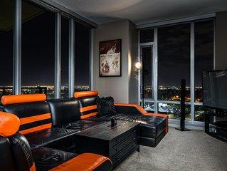 ♛  Luxury Downtown Condo 2 Minute Walk to Saddledome ♛
