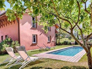 Casa con jardín y piscina privada en un lugar muy tranquilo.