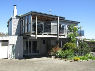 Taupo View - Spacious and central home with great outdoor area & free WiFi