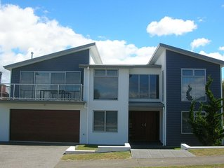 Acacia Bay Rd Che - Modern holiday home with open plan living & balcony, WiFi, l