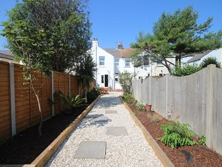 Bailey Cottage -  a coastal that sleeps 6 guests  in 3 bedrooms