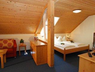 Studio 'Schneerose' Dusche, WC, Wohn-/Schlafraum - Hotel-Restaurant Kirchenwirt