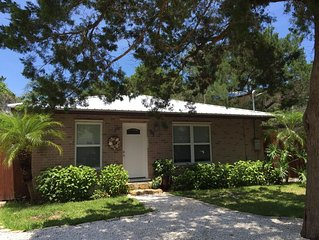 St Augustine Beach, Short Walk to Everything! Lovely Private backyard.