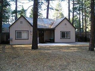 Carolyn's Cute & Cozy Cabin - Walk to Lake & More - Quiet Area