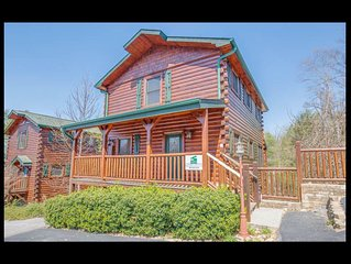 Fully loaded cabin 4 Miles to Gatlinburg attractions.  No mountain Roads.