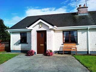 WILD ATLANTIC WAY, cosy 2 bedroom Mayo home sleeps 4 guests, nr. Ballina & Beach