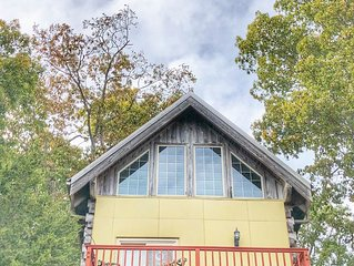 Hugged by Hemlocks! Quaint Luxe Cabin, Inspiring,  Romantic,  Art Lovers Dream