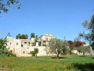Shabby chic XVIII century farmhouse for up to 16: private pool,garden, free wifi