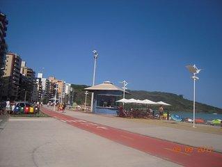 Ótimo apartamento na Praia do Morro apenas alguns passos da areia do mar.