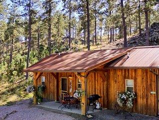 Peaceful custom Black Hills cabin near Mt Rushmore, hiking, lakes & attractions.