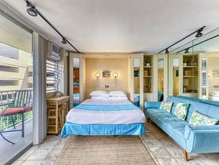 Cozy condo w/ furnished balcony - near shops, restaurants, & Waikiki Beach!