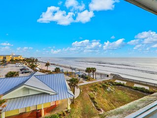 Beachy, centrally-located studio w/ a shared pool, hot tub, & easy beach access