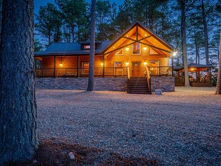 Unwind Cabin - Luxury Couples Cabin(Hot Tub, Pedestal Tub, Amazing Outdoor Area)