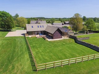The Cotswold Manor Court, Exclusive Hot Tub, Games Barn, 70 acres of Parkland