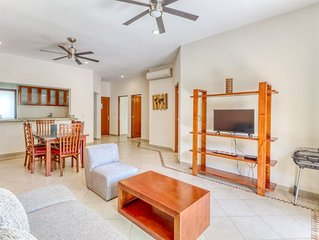 2nd floor apartment w/balcony, rooftop patio, strong WiFi, AC, shared pool