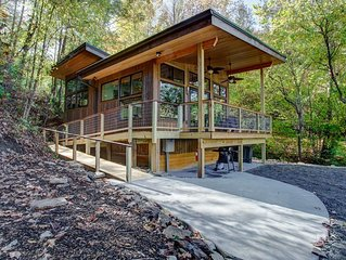 French Broad Chalet: overlooks the French Broad River, covered porch, new/contem