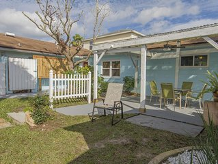 Charming 1/1 Beach Cottage - Only 5 minutes to Historic Downtown!