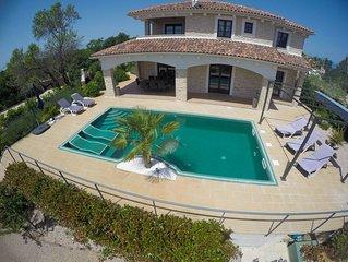 Villa CECILIA : villa pierres, piscine interieure chauffee, aire de jeux, gym