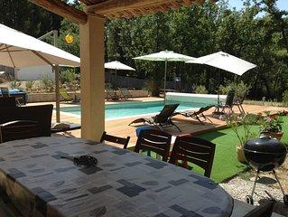 Belle maison avec piscine entourée d arbres et près d un joli village provençal