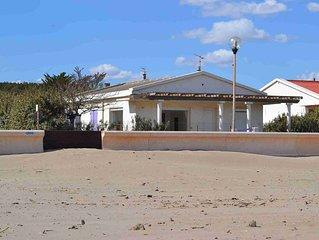 VILLA face à la plage avec terrasse et jardin