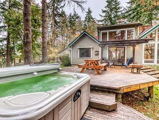 Comfortable dog-friendly retreat w/ fireplace, private hot tub, & great deck!