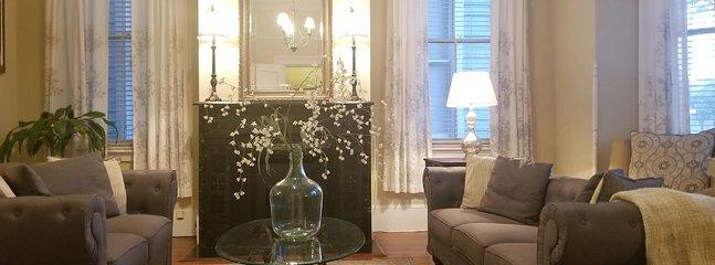 Decoración sofisticada y encantadora en un amplio salón.