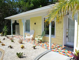 Water views/close to beach ! A relaxing retreat, BIG private yard, CLEAN!