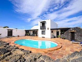 Schöne Villa mit Pool, Balkon, Terrasse und WLAN