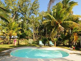 L'Oase de Riambel Beachfront Bungalow , piscine, femme de ménage, wifi gratuit