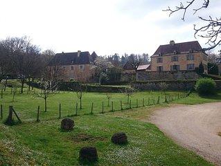 Au milieu  des noyers vue sur le château de Castelnaud ,piscine, authentique