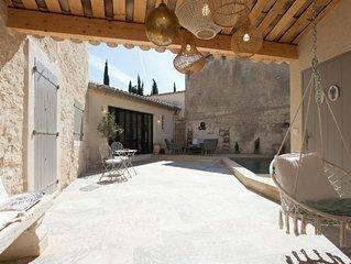 Maison d'architecte en centre de village provencal avec piscine chauffee