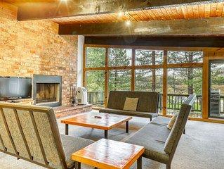 Dog-friendly lodge w/ a full kitchen, fireplace, dry sauna, & furnished deck
