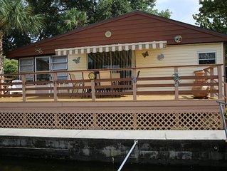 RIVERFRONT - SWIM, FISH, KAYAK THE WEEKI WACHEE RIVER. 3BR, 2 BA PRIVATE HOUSE.