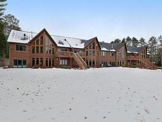 Bright & welcoming lakefront condo w/shared pool, dry sauna & docks
