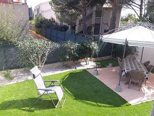 Dans une residence securisee, pavillon pour 6 personnes avec jardin. Ref. 2981