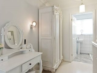 Self Contained Luxury Pied-a'-Terre For Business or Travelers. 5 Min central Mar