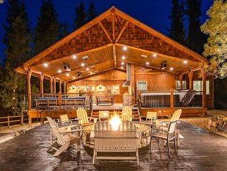 Luxury Big Bear Mountain Cabin with pool table, game room, hot tub & fireplace