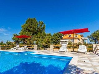 Ferienwohnung mit grossem Pool nur 500 Meter bis zum Kieselstrand mit Klima, WLAN