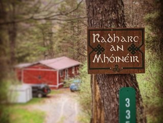 Radharc an Mhóinéir :: A Charming, Secluded Cabin by a Stream in Lost River!