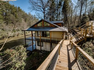 Modern mountain home right on Toccoa River w/fire pit and open floor plan