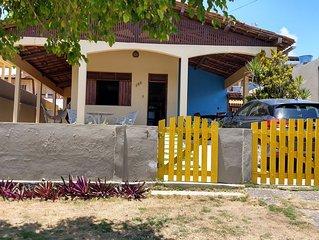 Casa confortável, com varanda e churrasqueira, avenida próxima ao mar