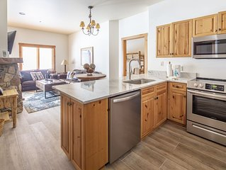 Gorgeous all new Expedition Station 2 bed 2 bath, pool & hot tub walkout!