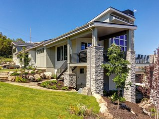 Floor to Celing Mountain Views - Must See New Lux Home. Minutes to Downtown + Ho
