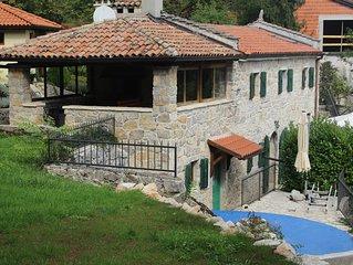 Romantisches Natursteinhaus mit Pool zwischen Berg und Strand