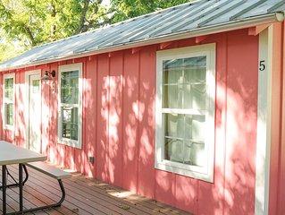 Cozy Cabin near the Comal River-Cabin #5- Railroad Theme