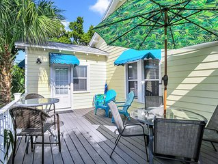 BEACH VIEW! Charming Cozy Cottage. Best Location 1BR/1BA Deck,Patio.,Beach Gear!