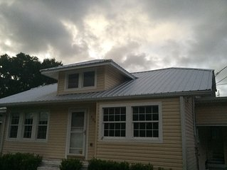 House with large deck, walking distance to Historic Downtown Winter Garden