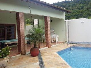 Ampla casa de praia com piscina, churrasqueira e muito verde