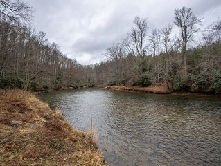 Charming 3BR/3BA Cabin on New River with Hot Tub, Pool Table, Central Heat & AC!