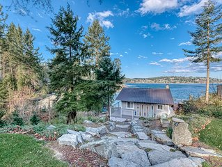 All new Dazzling waterfront cabin with boats! 150' beachfront